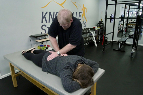 chiropractor at Knoxville treating female patient